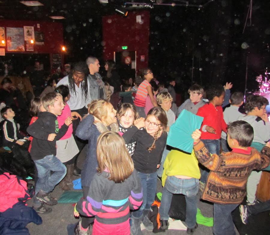 des-enfants-heureux-(ci-dessus)-et-des-musiciens-combles-(ci-dessous)